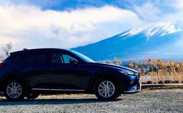 ネイビーの車と富士山