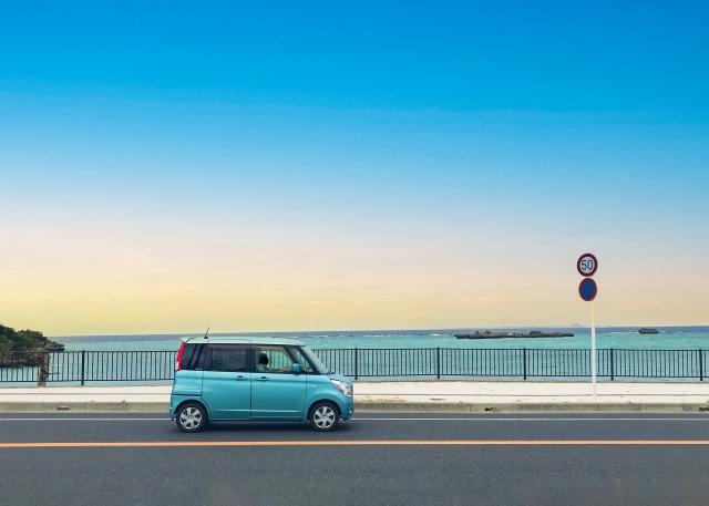 青い軽自動車と海