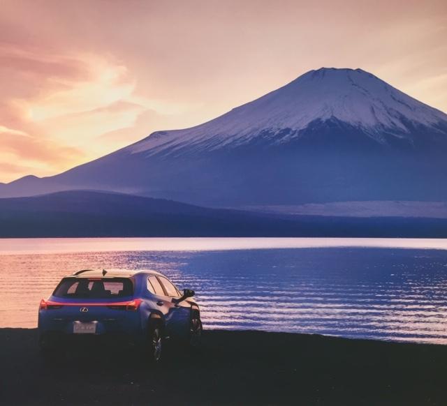 青いレクサスと富士山